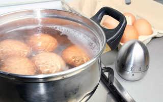 Можно ли класть яйца в кипящую воду и как это сделать, чтобы они не лопнули